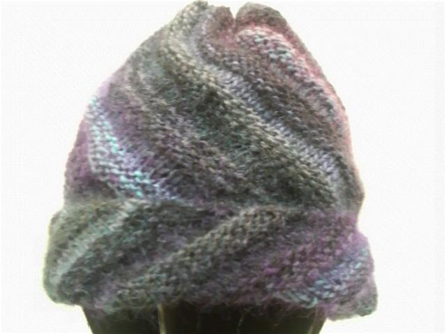 左の作品は、螺旋模様のニット帽です。 簡単そうに見えますが、結構面倒な編み方でした。 初めての編み方は、勉強になるんでなるべくトライしてみるようにしています。