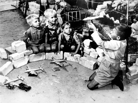 Berlin_Children_Playing_Luftbrucke_Game