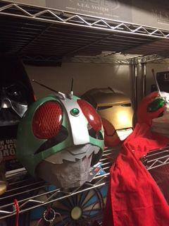 コレクション棚に置かれた自作の仮面ライダーマスク