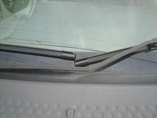 運転席側ワイパーと助手席側ワイパーの間