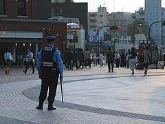 警戒中の警察官