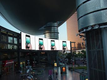ラスベガス ファッションショーのデジタルサイネージ アップル iphoneの広告
