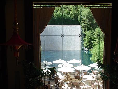 ウィンラスベガスの無料ショーが開催される池、昼間
