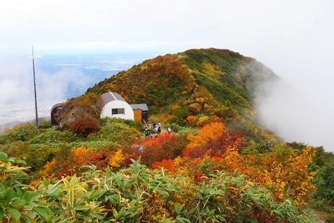 161 千本檜小屋と薬師岳が見えてきた。