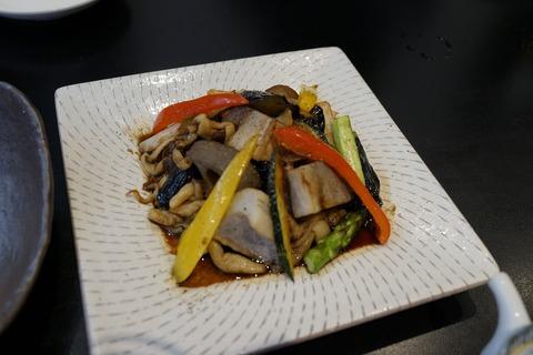 60 彩り野菜の温製サラダ。