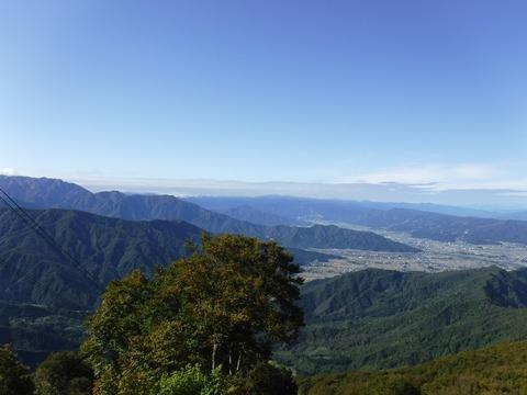 082 昨日登った当間山も微かに見えている。