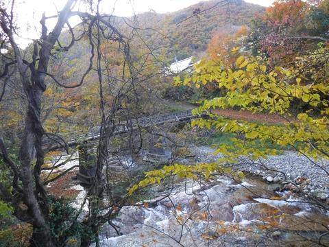 065 風呂場の下は湯ノ岐川。