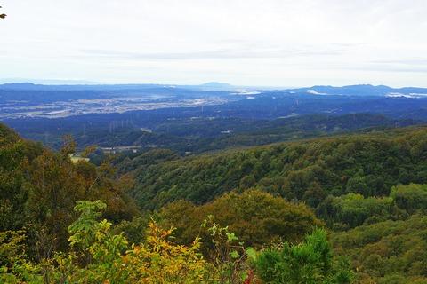 036 中央は弥彦山。