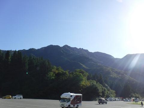 077 ロープウェイ山麓駅から見上げる八海山。