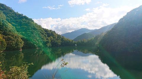 02 奥多摩湖の先に惣岳山。