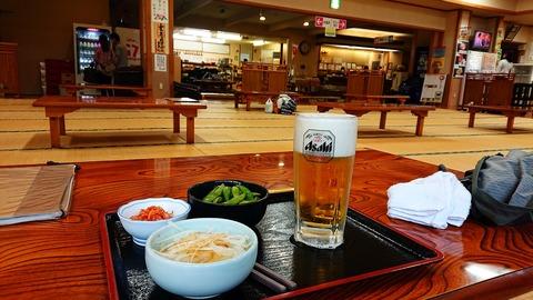 47 紅椿の湯で、ビールセットは860円。