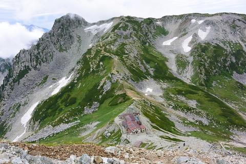 111 向かいの山は龍王岳、下は一の越山荘。
