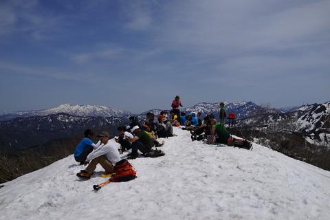 055 左奥が浅草岳、右奥は毛猛山。