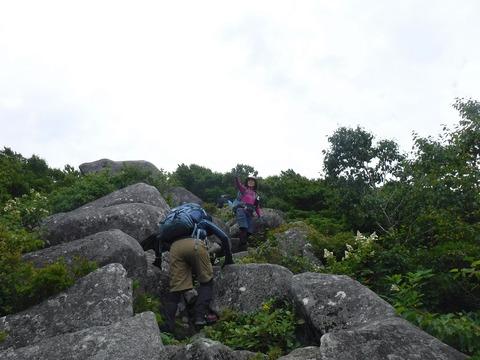 029 山頂直下は巨石が積み重なっている。