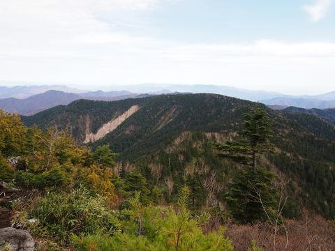 128 帝釈山方向から見ると、田代山に大湿原があるようには見えない。