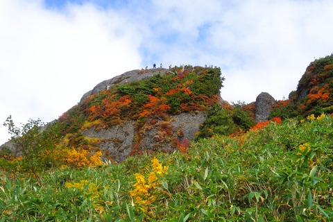127 真上の白河岳には登山者がいっぱい。