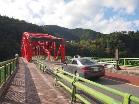 03 峰谷橋の先の右が赤指尾根の末端。