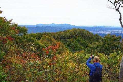 034 Woodyさんが撮っているのは尾神岳、米山、刈羽黒姫山。