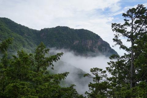 083 あの岩壁の上が両神神社の社があったところ。
