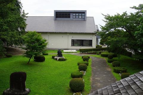 064 旧渋民尋常小学校校舎から見た記念館。