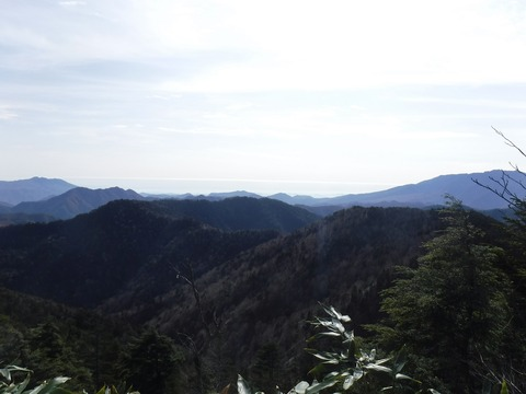 088 あちらは関東平野。目を凝らすと筑波山が見える。