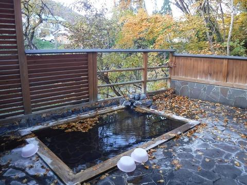 064 露天風呂の湯舟。