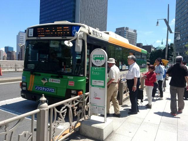 御茶ノ水駅(聖橋の上)のバス停は待ち5分で汗だく
