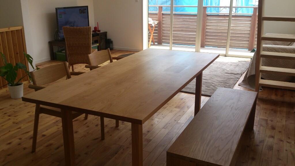 ダイニングテーブル用のベンチを購入しました。 先月の9日にやって来ました。 (なので「いまさら」の話ですが…)