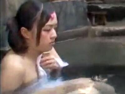 混浴露天に来ていた母娘と仲良くなったのでパイパン娘におじさんの肉棒を生挿入しちゃった!
