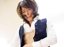 四十路のスレンダーな社長夫人が従業員をたぶらかしてセックス! 矢部寿恵