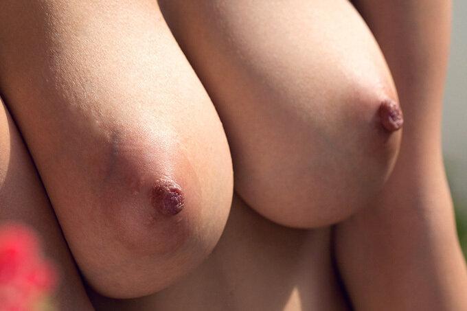 【画像】女の子って乳首が一番エロイよな?
