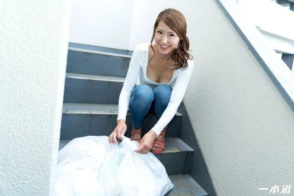 杉山千佳 30歳 朝ゴミ出しする美脚 美尻のノーブラ奥さん画像26枚