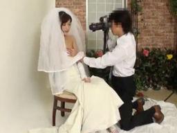 ウエディングドレスの撮影中に花嫁がカメラマンに襲われて浮気SEXしてしまう