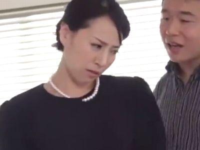 義理の息子に無理やり犯され抵抗するも肉棒を挿入されちゃう色っぽい母親