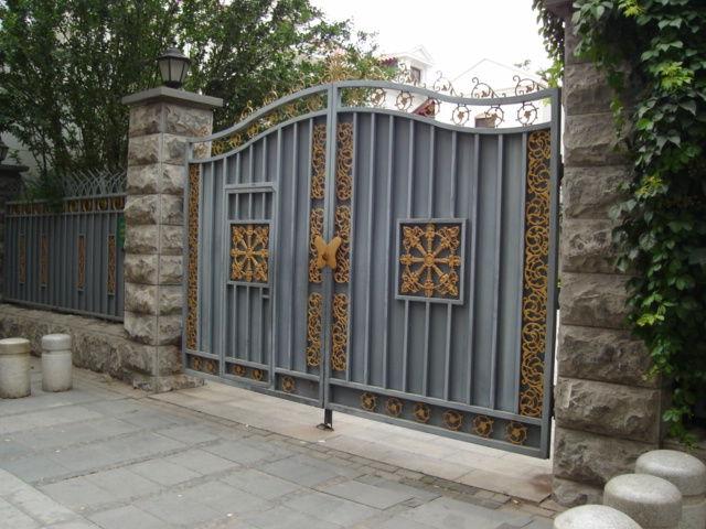 3.張廷愕旧居入口門