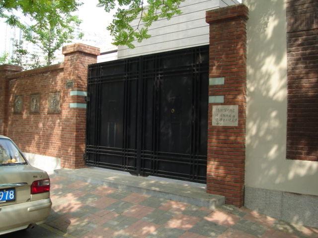 5.厳修旧居の門