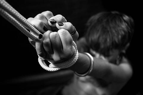 紐で繋がれてる 逃げたい