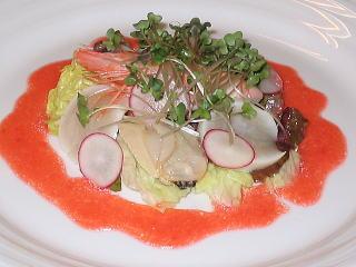 イチゴのソースで食べる魚介類のサラダ