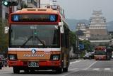 姫路城をバックに、神姫バスのブルーリボンハイブリッド