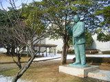 三国湊の堂森芳夫先生の像