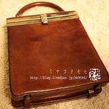 茶色い革の小さなバッグ