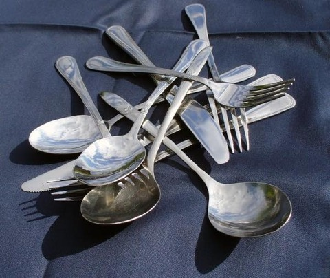 re_A pile of cutlery