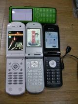 緑:INFOBAR2、黒:813SH、白:W46T、真ん中:W32T
