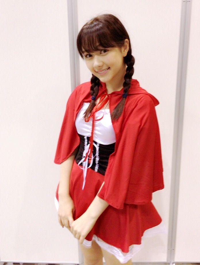 赤の衣装を着てこちらを見ている村重杏奈の画像♪