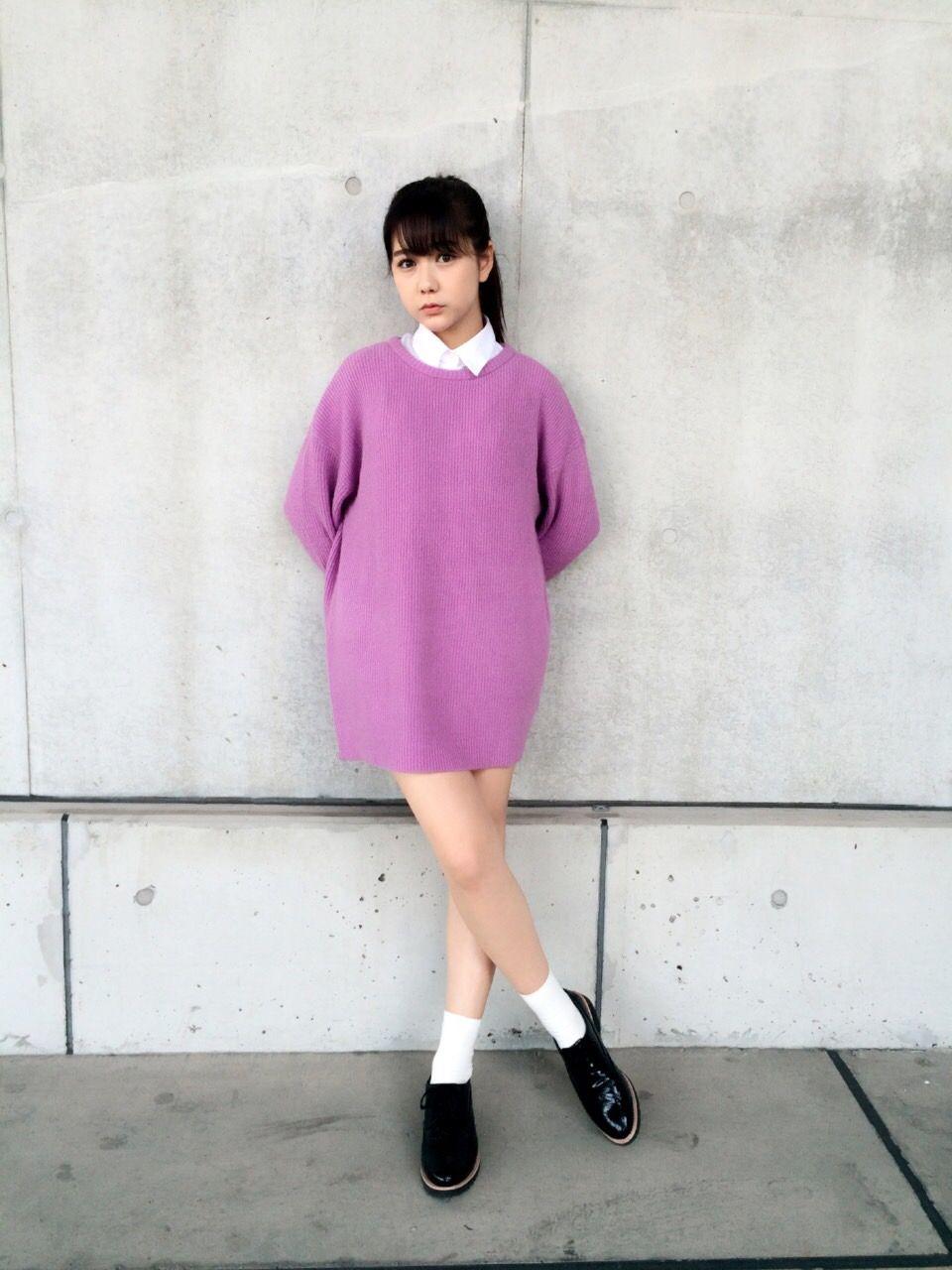 紫のセクシーな衣装を着て立っている村重杏奈の画像♪