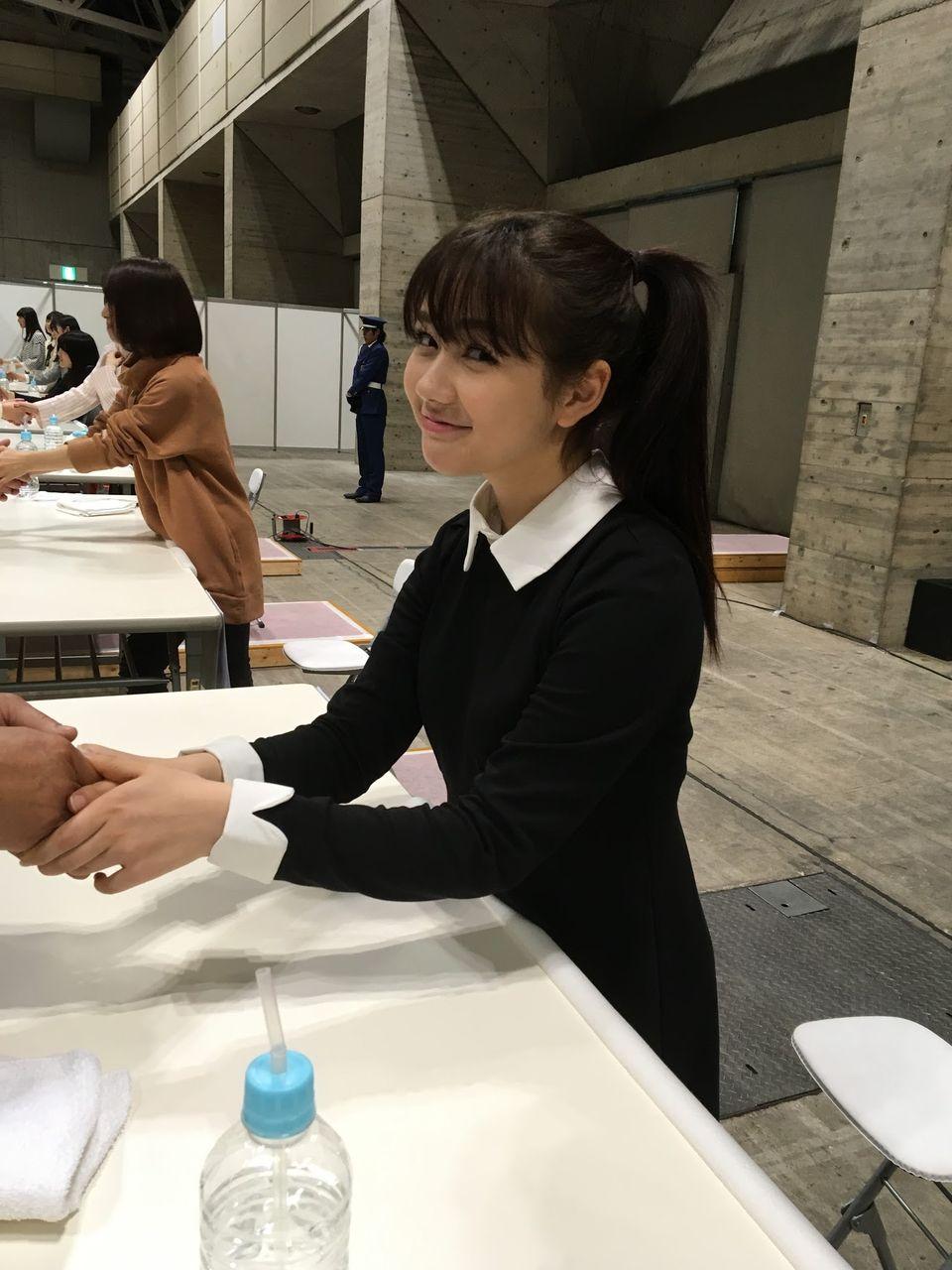 握手会に参加している村重杏奈の画像♪