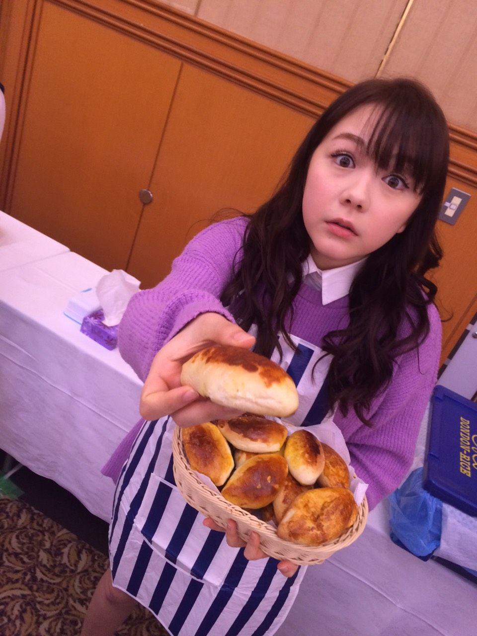 パンをあげている可愛い村重杏奈の画像♪