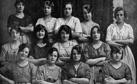 【画像】120年前に撮影された少女たちの写真に残された奇妙な点