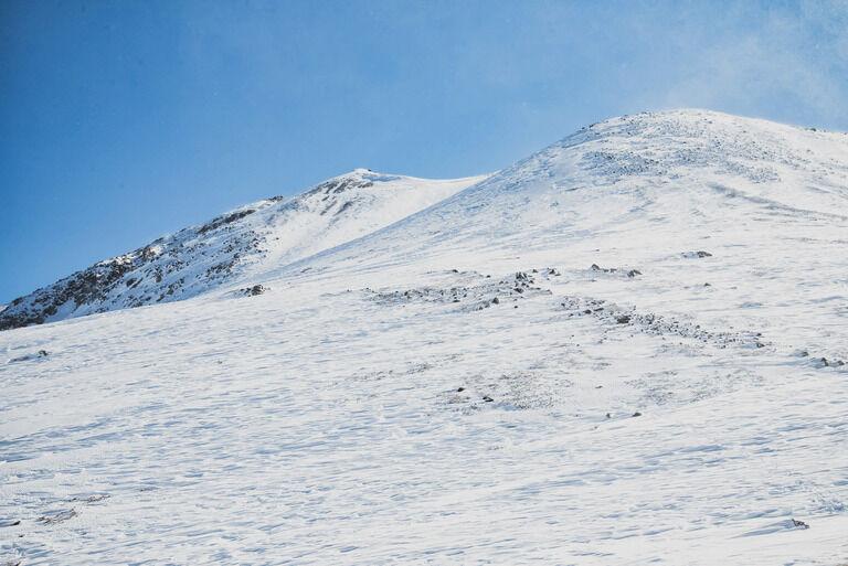 2人で雪山登山していたが遭難し、途中で1人が死んでしまった。