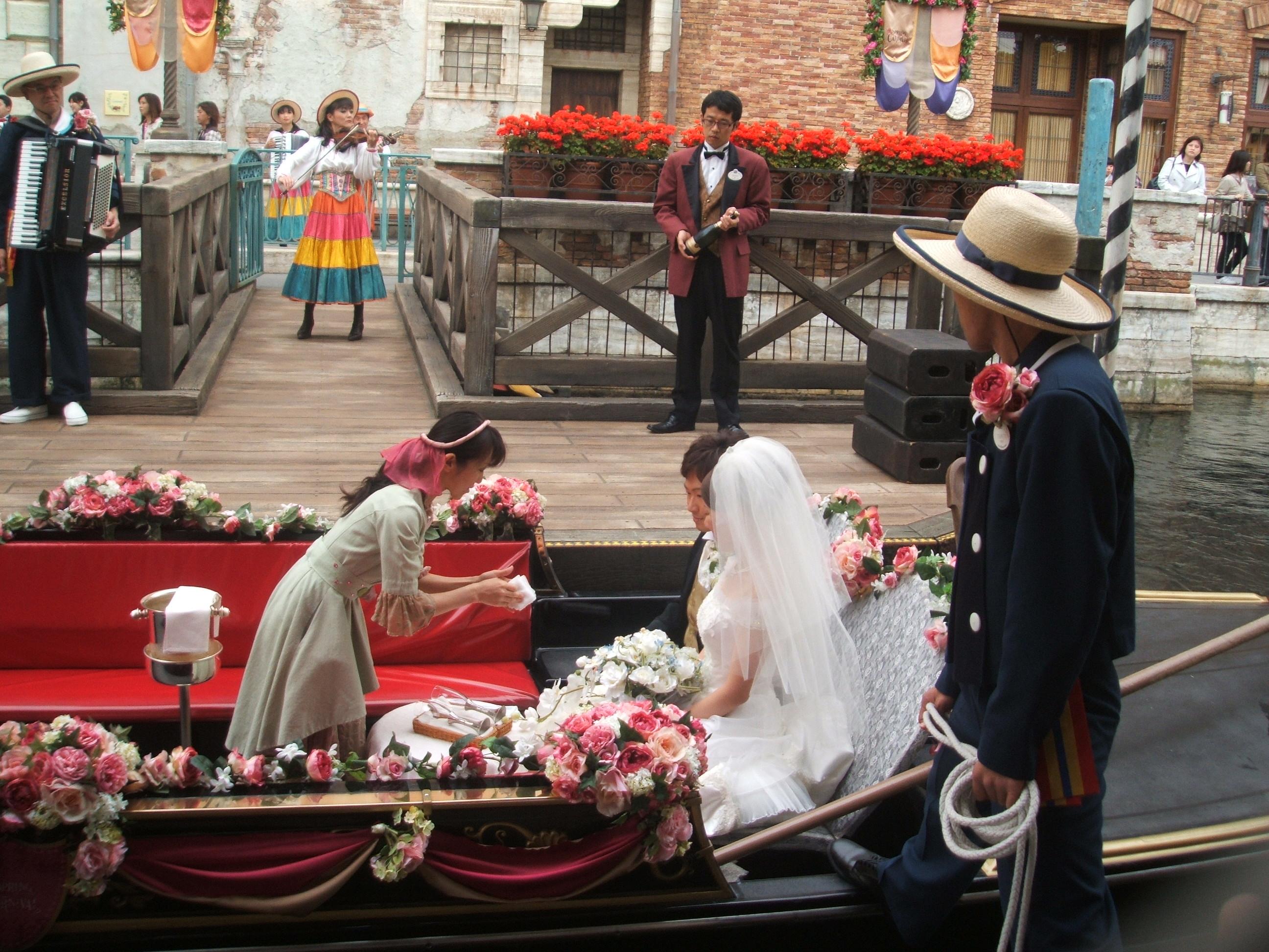 ひとしきり遊んだ後、また4人で合流してヴェネチアン・ゴンドラに並んでいたらなんとホテルミラコスタで挙式後の新郎と新婦が二人でゴンドラにきたの。